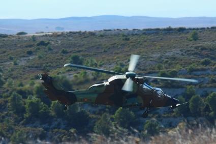 """Helicóptero Tigre del Batallón de Helicópteros de Ataque (BHELA) I, de Almagro (Ciudad Real), en vuelo rasante por las """"Casas Altas del Castellar"""". © Carlos Molero"""