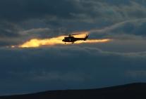 Las Fuerzas Aeromóviles del Ejército de Tierra (FAMET) también se adiestraban esos días en San Gregorio. En la imagen un helicóptero Cougar, contra el ocaso. © Carlos Molero