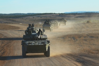 """De camino hacia el asentamiento de """"Tres Poyetes"""" para un ejercicio de tiro con el armamento de dotación de los Centauros y los VECs. © Carlos Molero"""
