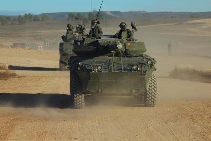 El Centauro -en primer plano- y el VEC -detrás-, son los medios de combate principales con los que cuenta el Regimiento para el cumplimiento de sus misiones. © Carlos Molero