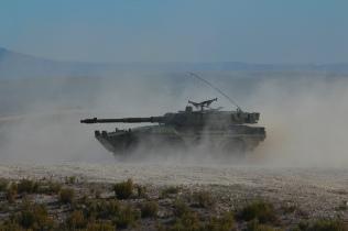 """Vehículo de Reconocimiento y Combate de Caballería """"Centauro"""" de nuestro 2º Escuadrón, nada más hacer fuego en """"Tres Poyetes"""" con el cañón de 105 mm. © Carlos Molero"""
