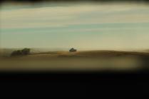 """En el campo de tiro """"Tres Poyetes"""", un vehículo acorazado del """"Farnesio"""" se recorta sobre el horizonte, visto a través de la mirilla del puesto de explorador de un VEC. @ Carlos Molero"""