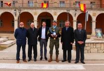 """El soldado Ferrer, premio """"Pedro Castillo"""" 2019, con componentes de la Asociación de Veteranos del Regimiento Farnesio."""