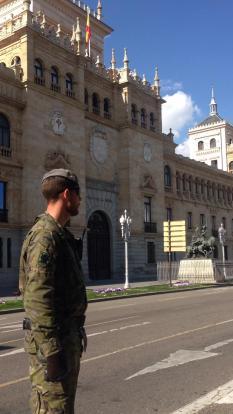 """2 de abril. Patrulla en el Paseo de Zorrilla (Valladolid), ante la Academia de Caballería. © RC """"Farnesio"""" 12"""