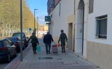 """8 de abril. Patrulla en Valladolid. Y echando una mano a un antiguo farnesiano, con 35 años de servicio. © RC """"Farnesio"""" 12"""